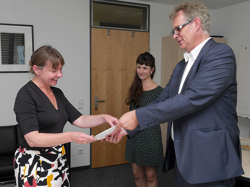 Jun.-Prof. Dr. Dorett Funcke mit ihrer Mitarbeiterin Annemaria Köhler, Dekan Prof. Dr. Frank Hillebrandt bei der Urkundenübergabe am 14.09.2016
