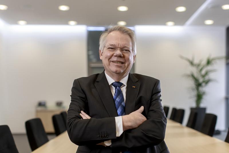Porträtbild von Rektor Prof. Helmut Hoyer